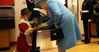 Britischer Soldat ohrfeigt ein kleines Mädchen!
