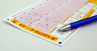 Mann kauft gegen den Rat seiner Freundin Lotterielose und gewinnt