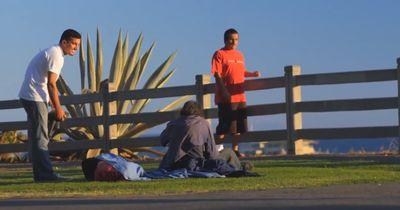 Er hat Hunger, doch keiner will ihm etwas geben. Als er diese Obdachlosen fragt, passiert ein Wunder