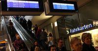 Mann zieht im Zug die Notbremse