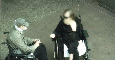Er hat sich als Rollstuhlfahrer verkleidet und getestet, ob die Menschen ihn betrügen