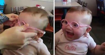 Baby sieht zum ersten Mal Mama und Papa richtig scharf – seine Reaktion ist unglaublich schön!