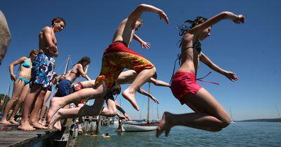 Teenies springen vom Beckenrand und lösen damit einen handfesten Fight aus