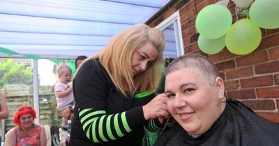 Mutter rasiert sich für ihre Tochter den Kopf komplett kahl