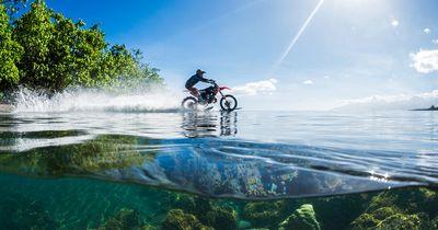 Das krasseste Video des Jahres: Er fährt mit dem Motorrad über das Meer, kein Fake!