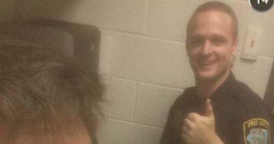 20-Jähriger wird verhaftet und bittet den Polizisten um ein Selfie