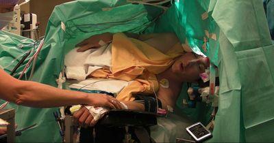 Mann singt Oper, während er am Kopf operiert wird! Es rettet ihm das Leben!