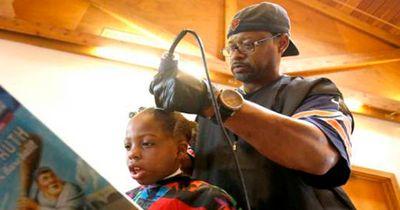 Dieser Frisör schneidet Kindern kostenlos die Haare, doch dafür müssen sie ihm...