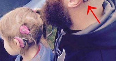Herzergreifende Aktion: Vater lässt sich für seine taube Tochter ein Hörgerät tätowieren