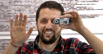 Er fotografiert  ALLES, was er in die Hand nimmt