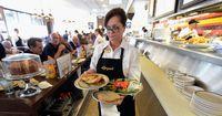 Kellnerin setzt alles daran, Trinkgeld zurückzugeben – doch warum?