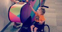 Kleiner Junge zeigt den richtigen Umgang mit Behinderten auf