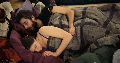Löffelchen? Umschlungen? Schlafposition verrät viel über eine Beziehung!