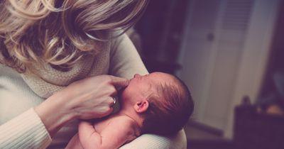 Mutter soll Baby auf der Toilette stillen - 5-jähriger Sohn hat perfekte Antwort