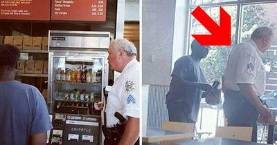 Polizist erwischt Mann, wie er im Müll nach Essen wühlt und tut dann etwas Wunderbares