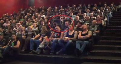 Sie gingen ins Kino und dort warteten 148 schwer tätowierte Rocker auf sie...