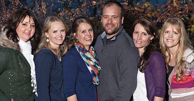 Dieser Mann ist glücklich verheiratet - mit 5 verschiedenen Frauen
