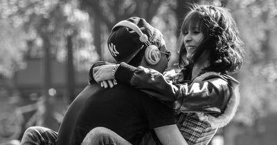 Paare, die ihre Liebe in der Öffentlichkeit preisgeben sind gesünder