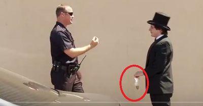 Magier bietet Polizist Gras an - und verarscht ihn anschließend
