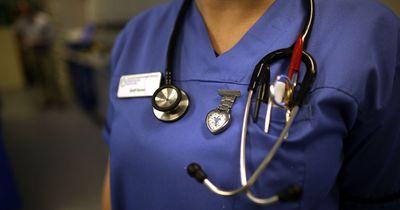 Krankenschwester stillt fremdes Kind