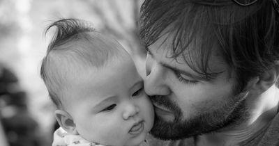 Mann ist Vater und Onkel zugleich