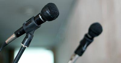 Warum unsere Stimme auf Aufnahmen immer so schrecklich klingt