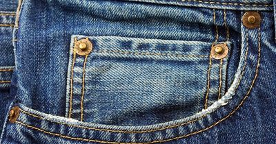DAFÜR ist die kleine Tasche in den Jeans