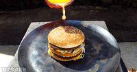 Verrücktes Experiment: Youtuber schüttet Kupfer über Burger!