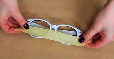 Was passiert, als sie die Gläser aus der Brille brechen, ist UNGLAUBLICH!