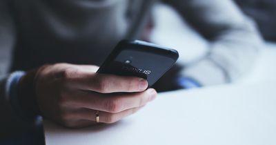 Pärchen, die DAS mit dem Handy machen, führen eine bessere Beziehung