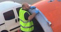Wird hier ein Flugzeug mit Klebeband repariert?