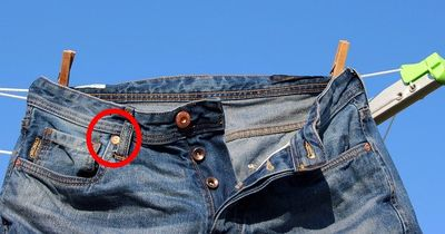 Deshalb gibt es die kleinen Knöpfe an Deiner Jeans!
