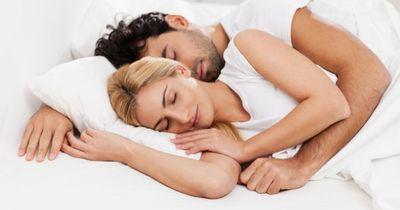 Das verrät deine Schlafstellung über eure Beziehung: