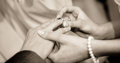 Aus diesem Grund tragen wir den Ehering am Ringfinger